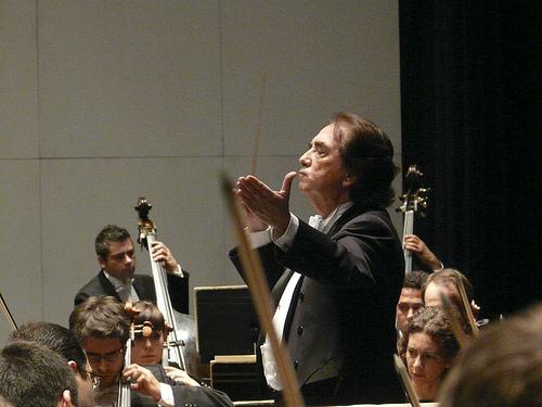 Enrique García Asensio dirigiendo la OEX