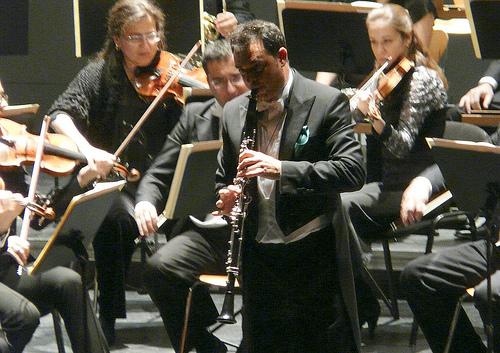 José Luis Estellés interpretando el concierto de Mozart con la OEX