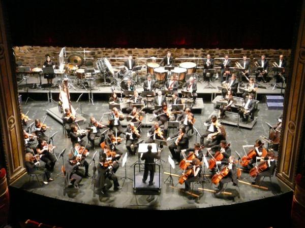 Salvador Rojo dirigiendo a la OEX en el Gran Teatro de Cáceres